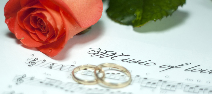 Rosa , wedding  ring  and  Notes . Music  to  lovers.
